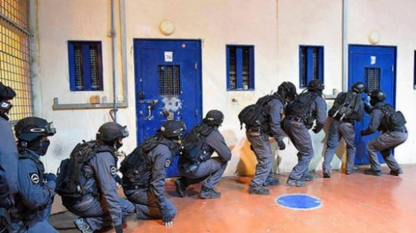 قوات القمع الإسرائيلية تقتحم قسمين في سجن (عوفر)