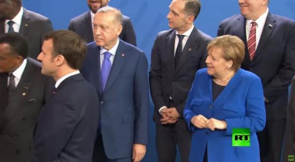 شاهد: تأخر بوتين عن الصورة الجماعية في برلين يربك ميركل وماكرون