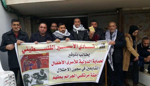 وقفة امام الصليب الأحمر بالخليل تنديدا بجرائم الاحتلال بحق الاسرى الأطفال