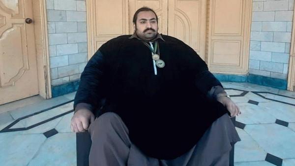 عملاق باكستاني يبحث عن زوجة لا تقل عن 100 كجم   9999022178