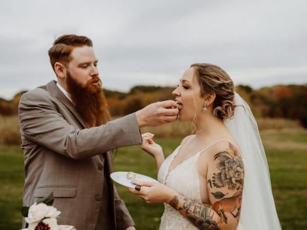 لايحبون الحلويات.. هكذا صنع زوجان تورتة فرحهما
