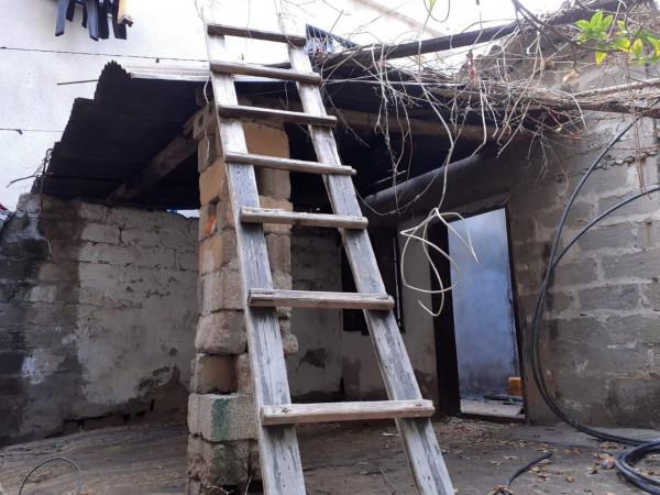 صور: وفاة سيدة وإصابة أخرى جراء انهيار سقف منزل قديم بخانيونس