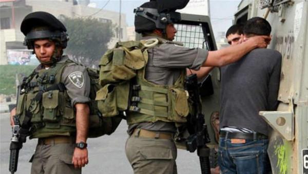 الاحتلال يعتقل ثلاثة فتية ويستدعي اثنين آخرين من الخليل