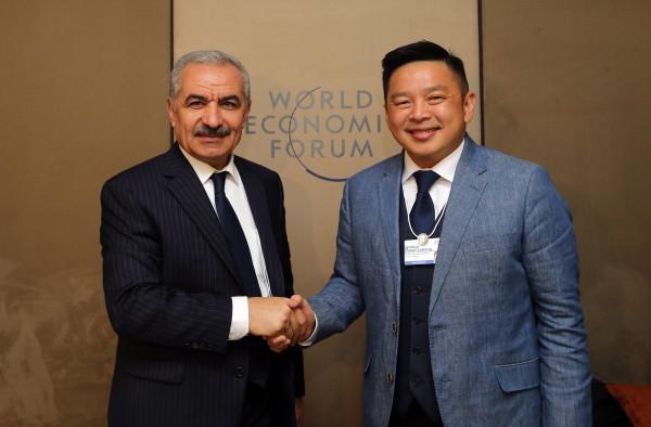 اشتية يبحث مع وزير التجارة الماليزي توسيع العلاقات التجارية