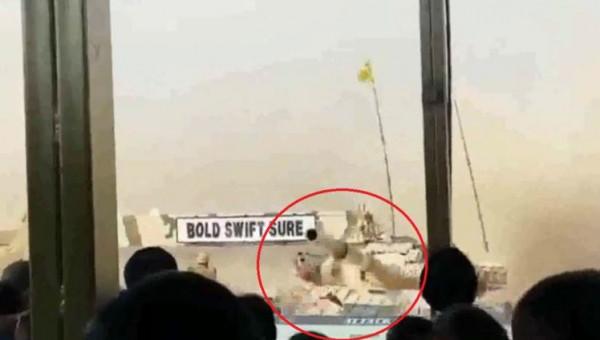 شاهد: سائق دبابة يرتكب خطأً مروعاً في عرض عسكري