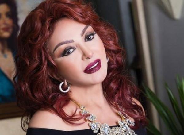 نبيلة عبيد تحتفل بعيد ميلادها الـ75 بتورتة ضد الحسد