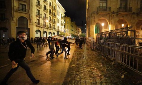شاهد: إصابة عدد من عناصر الشرطة خلال مواجهات مع المحتجين في بيروت