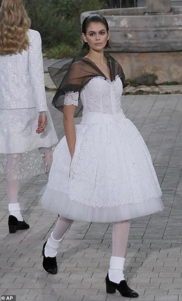 كايا جربر تتألق بفستان زفاف للمصمم جيفنشى بأسبوع موضة باريس