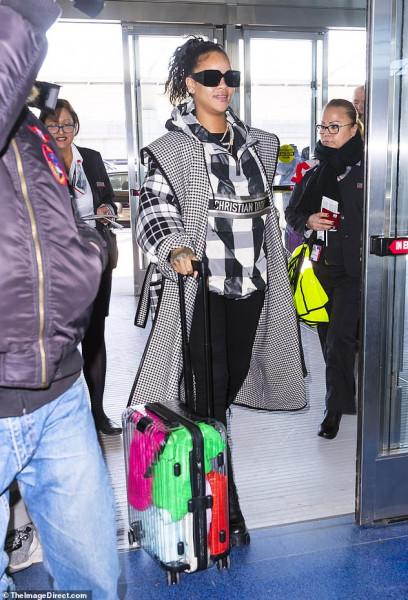 ريهانا ترتدى معطف من كريستيان ديور سعره 2950 دولاراً