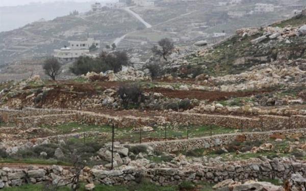 قوات الاحتلال تخطر بالاستيلاء على أراضٍ جنوب نابلس