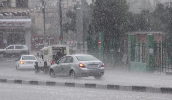 طقس الجمعة: يستمر تأثير المنخفض الجوي وتتساقط الامطار الغزيرة