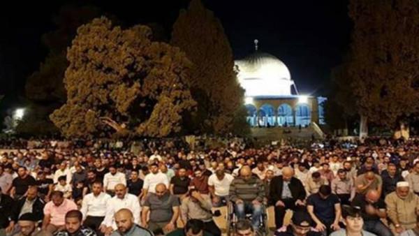 عشرات الآلاف من الفلسطينيين يؤدون صلاة الفجر بالمسجد الاقصى