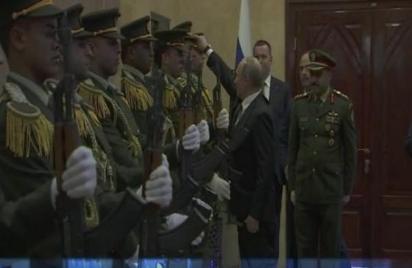 شاهد: بوتين يظهر الاحترام لحرس الشرف الفلسطيني في موقف طريف