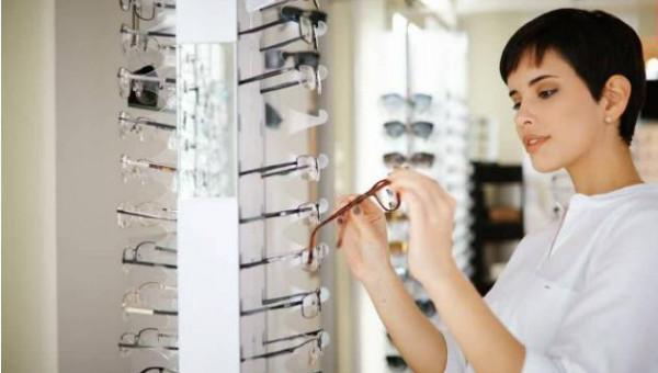 لتصبح جزءًا من أناقتك.. اختاري النظارات الطبية بحسب شكل وجهك