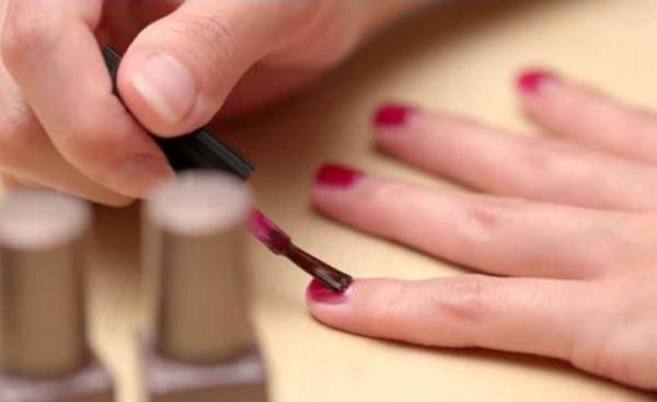 أفضل طريقة لتطبيق طلاء الأظافر من دون وصوله إلى الجلد