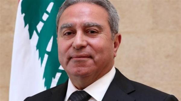 """بمشهد غريب.. وزير لبناني يصل إلى جلسة الحكومة بـ""""التاكسي"""""""