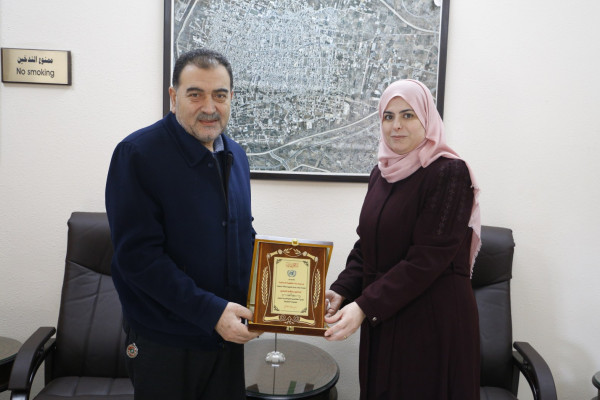 مدرسة الوكالة الاساسية للبنات تكرم رئيس بلدية قلقيلية