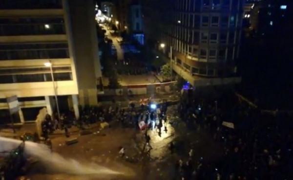 محتجون في بيروت يحاولون اقتحام ساحة السراي الحكومي