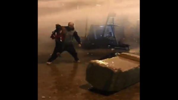 """شاهد فيديو لمتظاهر لبناني يستخدم طفله """"درعاً بشرياً"""" يثير انتقادات واسعة"""