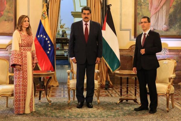 الرئيس الفنزويلي يُقلد السفيرة صبح وساماً تكريماً له لجهودها بتمثيل القضية الفلسطينية