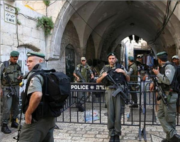 الاحتلال يعتقل خمسة شبان قرب باب العامود وأحد حراس الأقصى