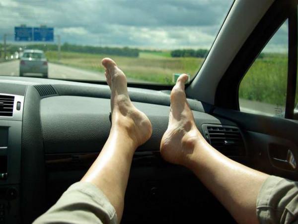 خبراء يحذرون من عواقب وضع القدم على تابلوه السيارة