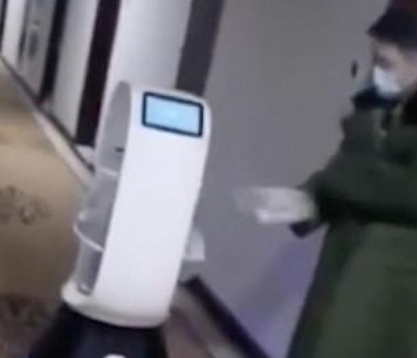 """شاهد: لمنع انتشار """"كورونا"""".. روبوتات تقدم الطعام في فندق بالصين"""