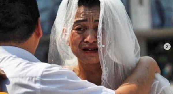 أبٌ يخرج يومياً للشارع بفستان زفاف لإنقاذ ابنته