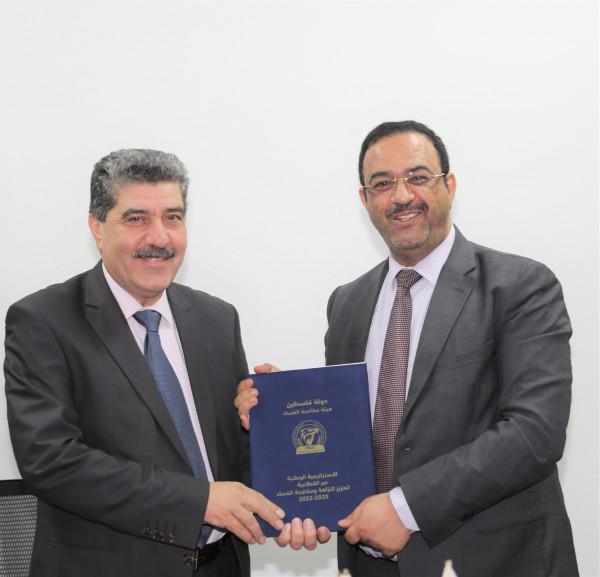هيئة مكافحة الفساد ووزارة الداخلية توقعان مذكرة تعاون لتعزيز العمل المشترك