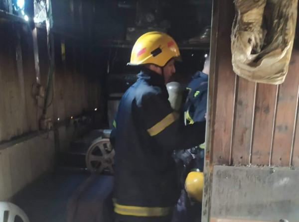صور: الدفاع المدني يسيطر على حريق مطعم بمدينة طولكرم