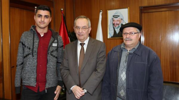 رئيس جامعة النجاح الوطنية يستقبل الطالب الأول على قسم هندسة الاتصالات