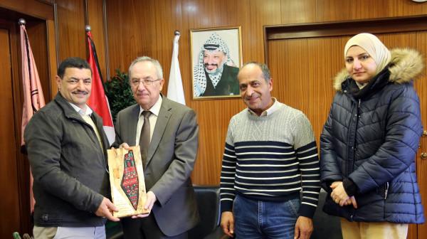 """رئيس جامعة النجاح يكرم المتبرع سلامة العفوري """"أبو حسن"""""""