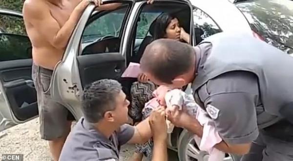 ضابطا شرطة ينقذان رضيعة من الموت (بقبلة)