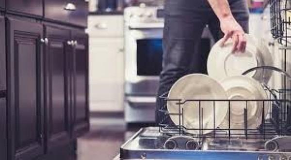 منها الخل.. أفكار فعالة لتنظيف غسالة الأطباق