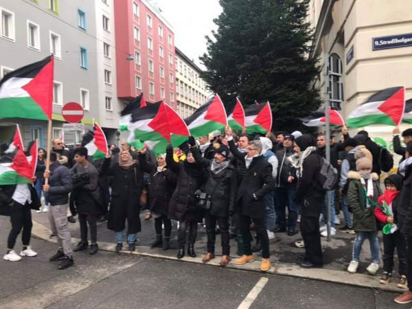 لجنة العمل الفلسطيني بالنمسا تقيم وقفة أمام السفارة الامريكية رفضا لصفقة القرن
