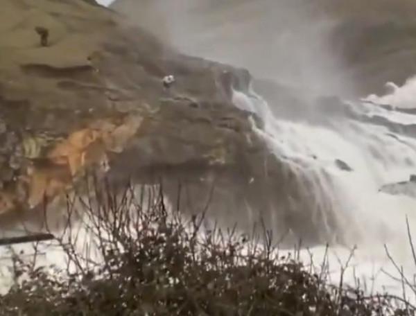 شاهد: رجل يخاطر بحياته لالتقاط صورة أمام بحر هائج فى ويلز
