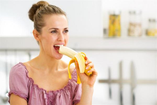 هذا ما يحدث لجسمك عند تناول الموز على الريق