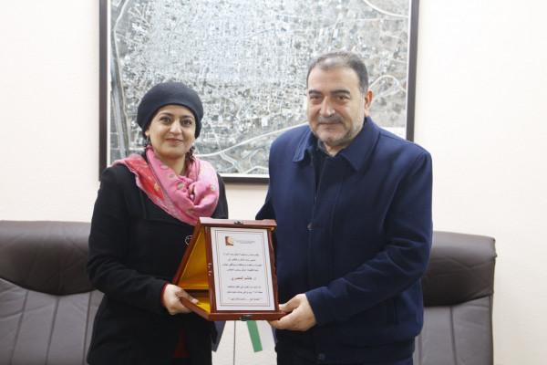 تكريم رئيس بلدية قلقيلية من مؤسسات تعنى بالمرأة