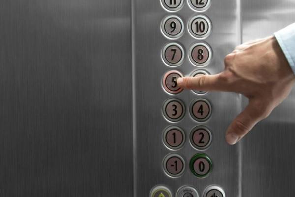 وفاة زوجين مسنين داخل مصعد ظل عالقاً ثلاثة أيام