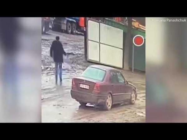 شاهد لحظة تفجير رجل أوكراني أصدقاءه بقنبلة لسبب غريب