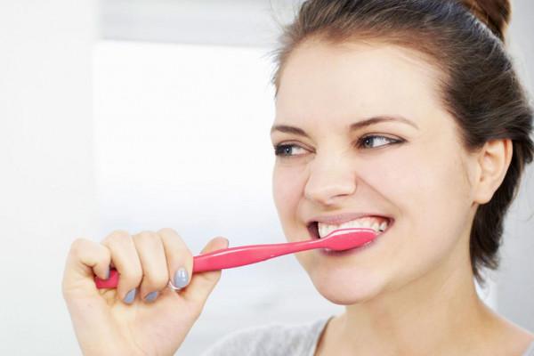 كيف يساهم غسل الأسنان في تقليل الوزن؟