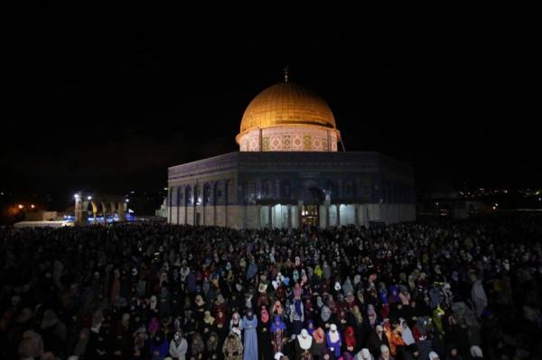 شاهد: المئات يصلون الفجر بالأقصى ومساجد فلسطين..ويهتفون بالروح بالدم نفديك يا أقصى
