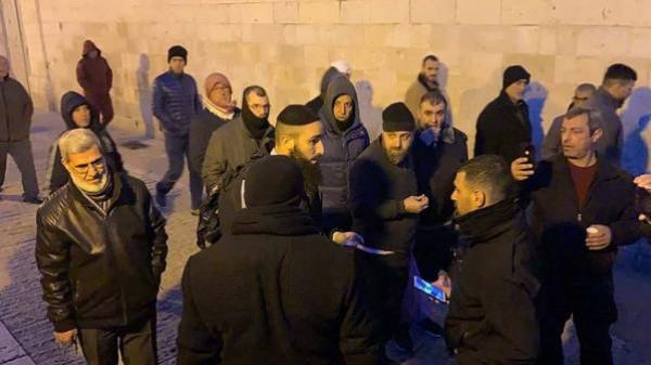 الاحتلال يعتقل مسنا ويعتدي على المصلين في الأقصى