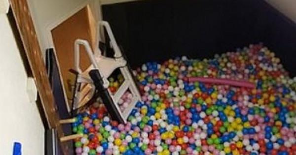يبنى غرفة سرية مملوءة بـ 35 ألف كرة للتخلص من التوتر