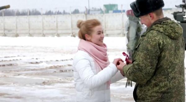 شاهد: ضابط روسي يطلب يد حبيبته بـ16 دبابة