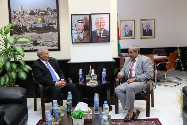 وزير الأشغال وزياد أبو عمرو يبحثان سبل النهوض بالمحافظات الجنوبية والأغوار