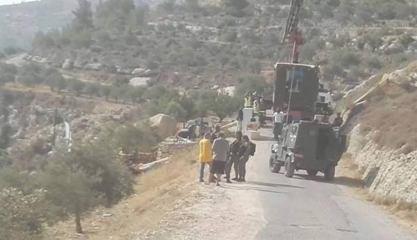 لربط مستوطنتين.. آليات الاحتلال تجرّف أراضٍ جنوب نابلس