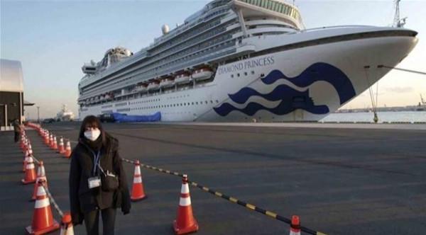 """ركاب السفينة """"الموبوءة"""" يبدؤون النزول في اليابان"""