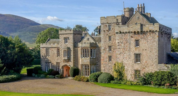 قلعة فاخرة للبيع مقابل 1.9 مليون جنيه إسترلينى