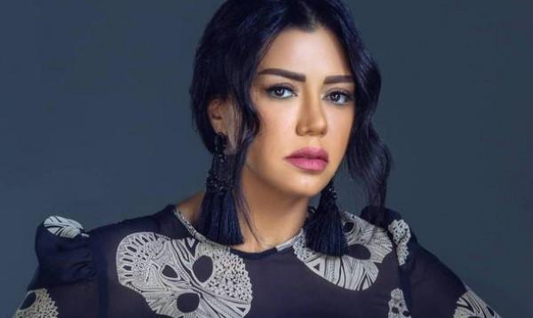 """رانيا يوسف تدعم مطربي المهرجانات بوصلة رقص على أنغام أغنية """"بنت الجيران"""""""